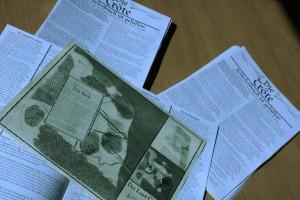 """Ein Stapel der """"Tröte 8""""-Sonderausgaben inkl. der beigelegten Karte"""