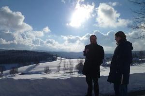 Schleier aus Schnee-Erstleserin Lina und ich auf Wanderschaft (Foto © Rani)