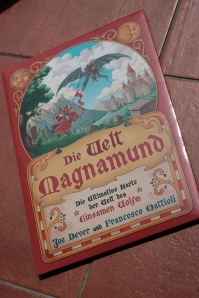 Die Welt Magnamund – eine schicke Kartentasche