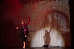 Tanz, Musik, Kostüm, Maske, Beleuchtung und Bühnenbild-Projektion – hier kam alles zusammen