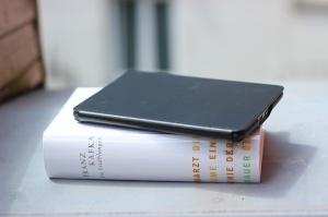 Im Lasten-Vergleich gewinnt das digitale Buch, klar