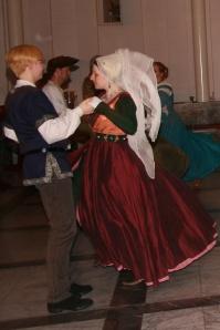 Manchmal gemessenen Schrittes, manchmal beschwingt … (© 2014 Miriam Brammertz / Saltatio – Historisches Tanzen Aachen e.V.)