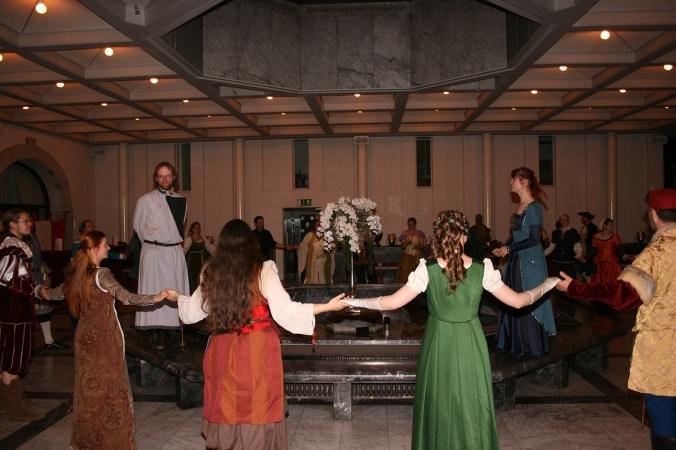 Anke und ich sprechen Dank und Abschied am Ende der Veranstaltung (© 2014 Miriam Brammertz / Saltatio – Historisches Tanzen Aachen e.V.)