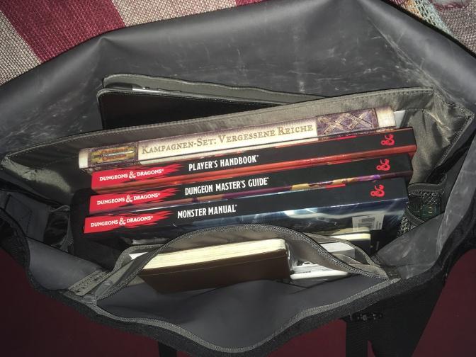 Mal mein exemplarisches Set für meine D&D5-Runde, inklusive Würfeln, Stiften, iPad etc.